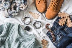 Vlak leg vrouwen` s kleding voor de herfstgangen, hoogste mening Bruine suèdelaarzen, jeans, een blauwe trui, sjaal, armbanden, h Stock Afbeeldingen