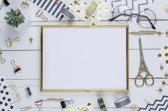 Vlak leg, wit houten bureau en gouden kader Gouden nietmachine, streep gouden patroon, potlood meningsbovenkant Lijst omhoog Mode royalty-vrije stock foto