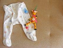 vlak menings in materiaal en speelgoed voor pasgeboren babyconcept stock foto
