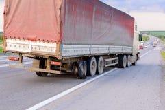 Vlak uit en beschadigde de uitbarstingsbanden van de speculant semi vrachtwagen door weg s royalty-vrije stock afbeelding