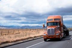Vlakke bed semi vrachtwagen die lading vervoeren onder dekking op Californië royalty-vrije stock foto's