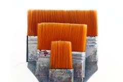 Vlakke borstels met oranje die varkenshaar, op witte achtergrond wordt geïsoleerd royalty-vrije stock afbeeldingen