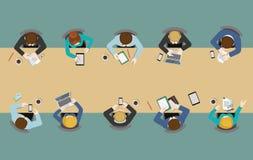 Vlakke de bovenkantmening van de bureaulijst: vergaderingen, rapport, uitwisseling van ideeën, personeel Royalty-vrije Stock Afbeelding