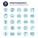 Vlakke de lijnpictogrammen van het fotografiemateriaal Digitale camera, foto's, verlichting, videocamera's, fototoebehoren, geheu vector illustratie