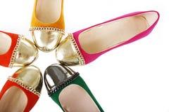 Vlakke geïsoleerde schoeneninzameling. de kleurrijke vlakten van de suèdeballerina Royalty-vrije Stock Foto