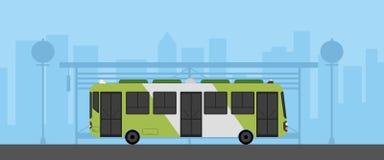 Vlakke groene bus met bushalte in stedelijke scène vectorillustratie Bus op hoofdstraat met cityscape royalty-vrije illustratie