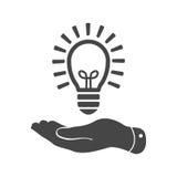 Vlakke hand die het lichte pictogram van de lampbol geven Stock Afbeeldingen