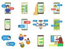 Vlakke inzameling van babbelende mensen, de berichten van bellentoespraken op telefoon, online praatje app, Internet-het babbelen Stock Afbeelding