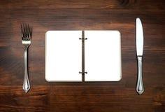 Vlakke mening over een agenda met vork en mes Stock Foto's