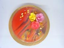Vlakke mening van kleurrijke mousscake met spiegelglas in de lentestijl Royalty-vrije Stock Foto's