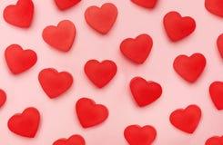 Vlakke mening van valentijnskaartenharten op roze achtergrond royalty-vrije stock afbeeldingen