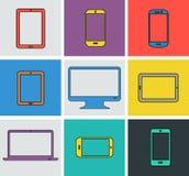 Vlakke moderne gekleurde elektronische gadgets Stock Afbeeldingen