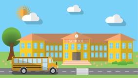 Vlakke ontwerp vectorillustratie van de schoolbouw en geparkeerde schoolbus in vlakke ontwerpstijl, vectorillustratie Stock Foto's