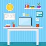 Vlakke ontwerp vectorillustratie van modern bureaubinnenland Creatieve bureauwerkruimte met computer, omslagen, boeken Royalty-vrije Stock Afbeeldingen