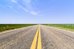 Vlakke open weg in Colorado Stock Afbeeldingen