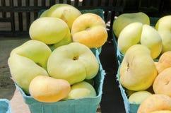 vlakke perziken op de achtergrond Stock Afbeelding