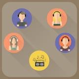 Vlakke pictogrammen van mensen hoofdtelefoons dragen, vrouw en mens die in hoofdtelefoons aan muziek de luisteren Royalty-vrije Stock Afbeelding