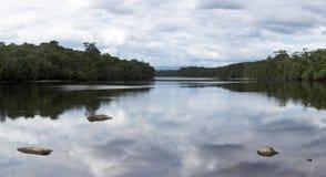 Vlakke rivier met stenen en wolkenbezinning in het water, Venez Royalty-vrije Stock Foto's