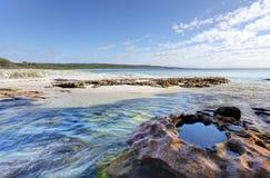 Vlakke Rotskreek op zuidelijk eind van Hyams-Strand Royalty-vrije Stock Foto