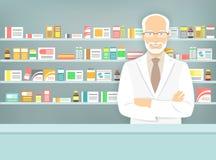 Vlakke stijl verouderde apotheker bij apotheek tegenover planken van geneesmiddelen Stock Afbeelding
