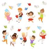 Vlakke vectorreeks karakters die van beeldverhaalkinderen en boeken omhoog in de lucht springen werpen Gelukkige leerlingen van e royalty-vrije illustratie