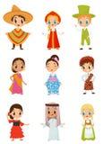 Vlakke vectorreeks kleine jonge geitjes in verschillende nationale kostuums Jongens en meisjes die traditionele kleren dragen royalty-vrije illustratie