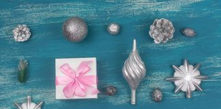 Vlakte van de banner legt de Feestelijke samenstelling Kerstmisstuk speelgoed de sneeuwvlokken zilveren doos die van ballenkegels stock foto's