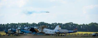 Vlaktes op vliegveld en vliegtuig in de hemel Royalty-vrije Stock Afbeelding