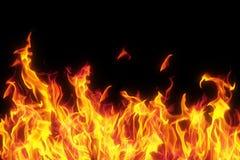 Vlam die over zwarte achtergrond wordt geïsoleerdr stock foto's