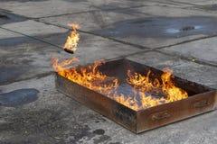 Vlam in een ijzerdoos met water royalty-vrije stock fotografie