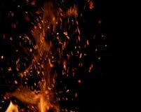 Vlam van brand met vonken op een zwarte achtergrond royalty-vrije stock afbeeldingen