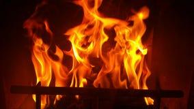 Vlam van de open haard in dark Stock Foto's