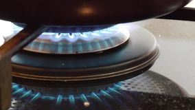 Vlam van een gasfornuis Op een binnenlands kooktoestel stock videobeelden