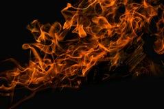 Vlam van het vuur op de donkere achtergrond Royalty-vrije Stock Fotografie