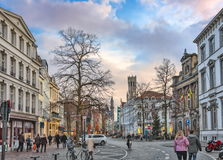 从Vlamingstraat的冬天视图往布鲁日,比利时钟楼  库存照片