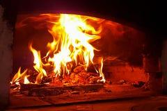 Vlammen, brand en steenkolen die in de oven van het dorpshuis branden royalty-vrije stock foto's