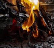 Vlammen die in Document Artikelen branden stock foto