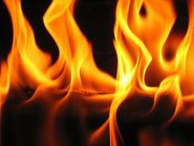 Vlammen die uit een logboek komen stock fotografie