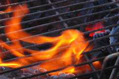 Vlammen door de grill stock afbeeldingen