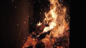 Vlammen en rode sintels Argentijnse grill Brand en grillvoorbereiding voor barbecue bij restaurant Steakhouse, Kobe-rundvlees stock footage