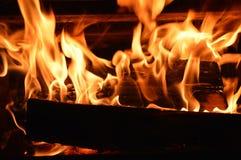 Vlammen, het knarsen en brandhout 4 Stock Afbeelding