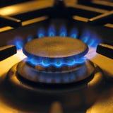 Vlammen op de haardplaat van het gaskooktoestel Stock Foto's