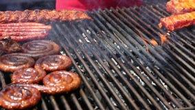 Vlammend geroosterd vlees stock video