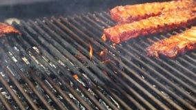 Vlammend geroosterd vlees stock footage