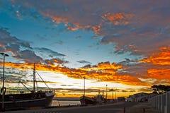 Vlammende gele zonsondergang in haven royalty-vrije stock afbeeldingen
