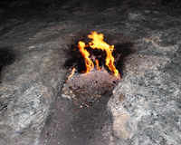 Vlammende rots (Yanartas) bij nacht in Cirali, Turkije royalty-vrije stock afbeeldingen