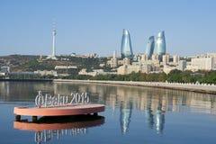 Vlamtorens, TV-toren, Baai van Baku en Bayil-heuvel royalty-vrije stock afbeeldingen