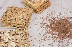 Vlaskoekje Gezonde snacks, de zaden van de lijnzaadpompoen, koriander, zonnebloemzaden De gezouten diëten zijn knapperige cracker stock afbeelding