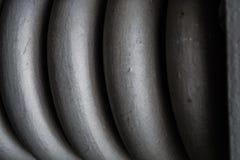 Vlecht, spiraal dik grijs van metaal, voor behoud van bouwelementen De lente Textuur of een achtergrond in monophonic tonen royalty-vrije stock fotografie