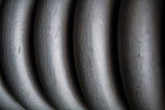 Vlecht, spiraal dik grijs van metaal, voor behoud van bouwelementen De lente Textuur of een achtergrond in monophonic tonen stock foto's
